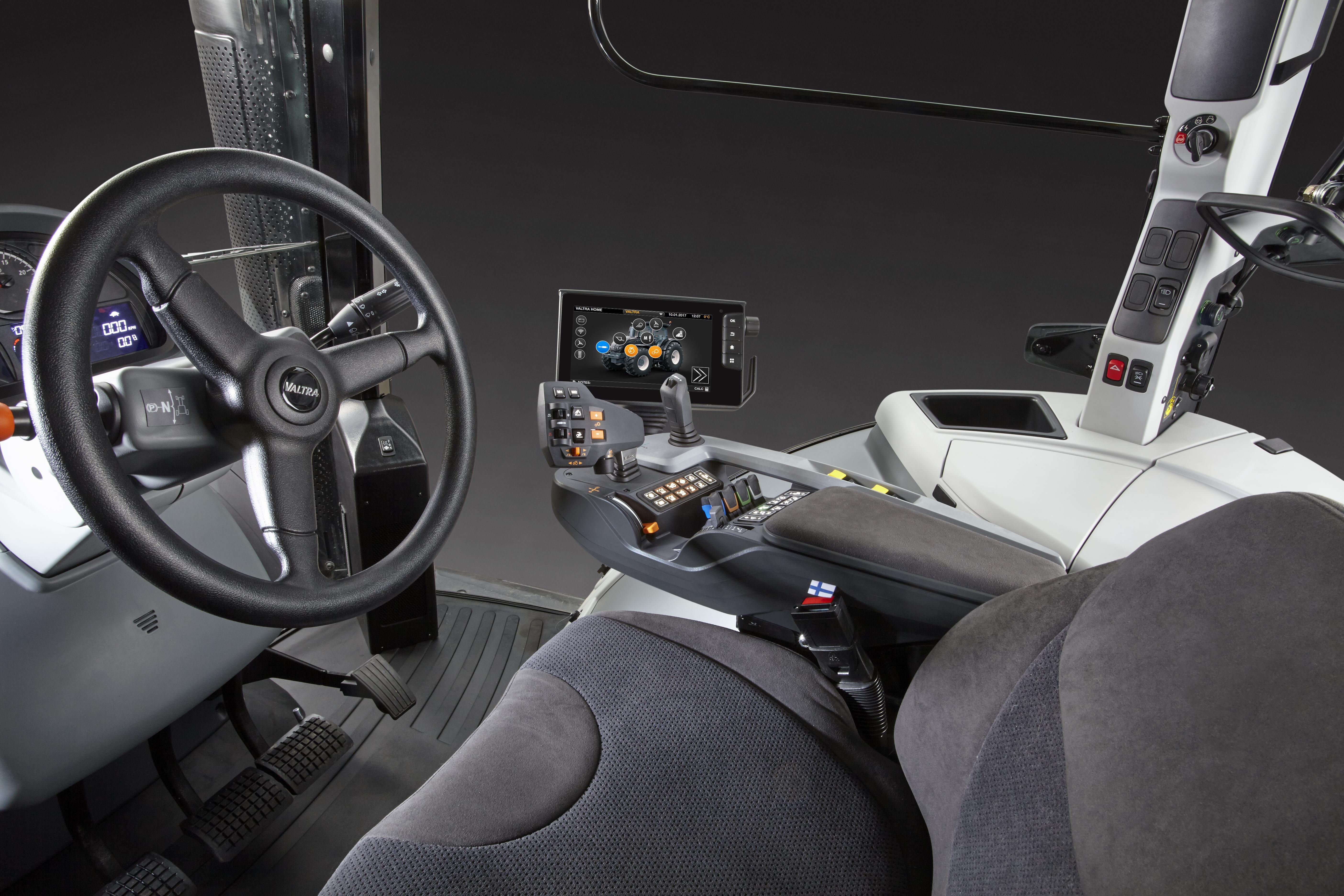 Die rechte Seitenkonsole der S-Serien-Kabine wurde komplett aufgeräumt; alle Schalter und Einstellmöglichkeiten befinden sich jetzt auf der neuen SmartTouch Armlehne.