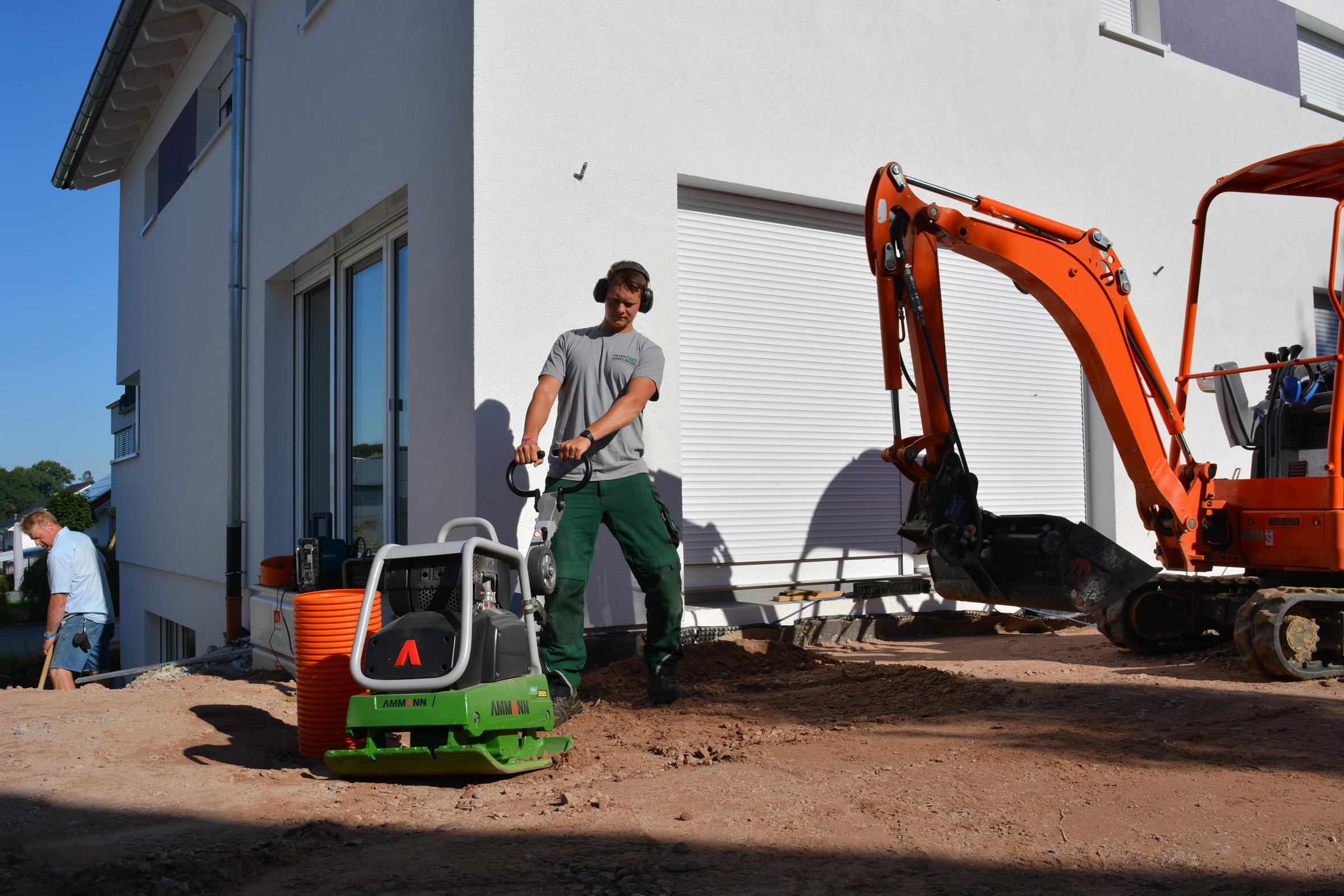 Mit der Rüttelplatte APR 2620 von Ammann lassen sich Flächen auch komfortabel um Hindernisse herum verdichten.