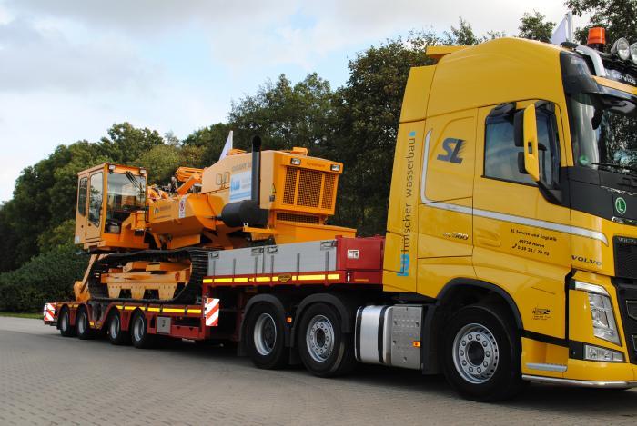 Hohe Flexibilität durch den Entfall von Genehmigung und eigenem Transport: Die SL Service und Logistik Spedition, ein Unternehmen von Hölscher Wasserbau, transportiert die neue Fräse GIGANT 3600 innerhalb von nur einem Tag zu fast jedem Ort in Deutschland.