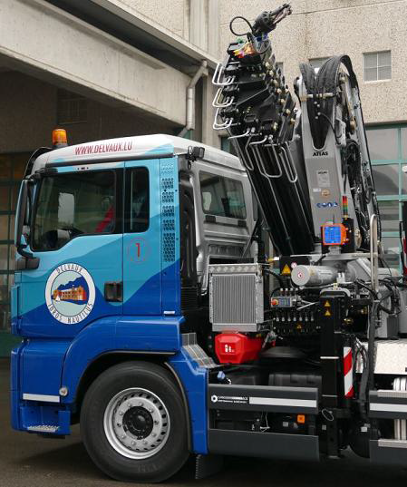 At an outreach of 20.74 m, the ATLAS loader crane 290.2E can still move a load of 620 kg. Safe handling due to radio remote control and electronic safety system.