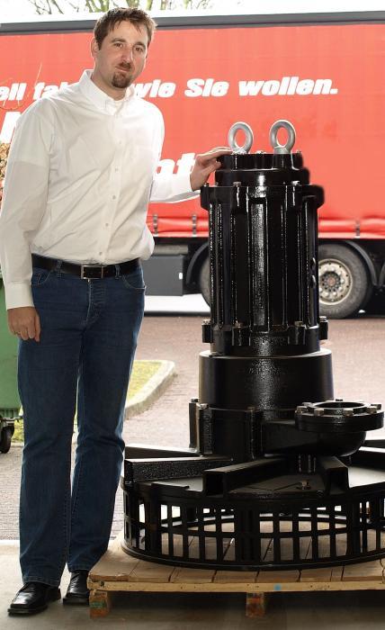 Der Anwendungsspezialist Carsten Bode vom japanischen Hersteller Tsurumi aus Düsseldorf zeigt einen Tauchbelüfter vor der Auslieferung an einen der rund 300 Vertriebs- und Servicepartner allein in Deutschland