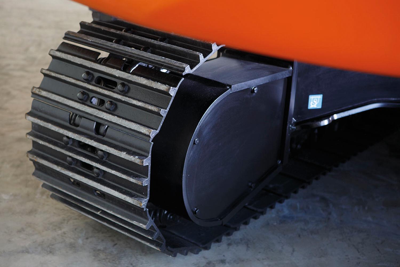 Eine von vielen Optimierungen: Drei  Laufrollenschutzblenden schützen die  Kettenglieder optimal auch im harten  Einsatz.