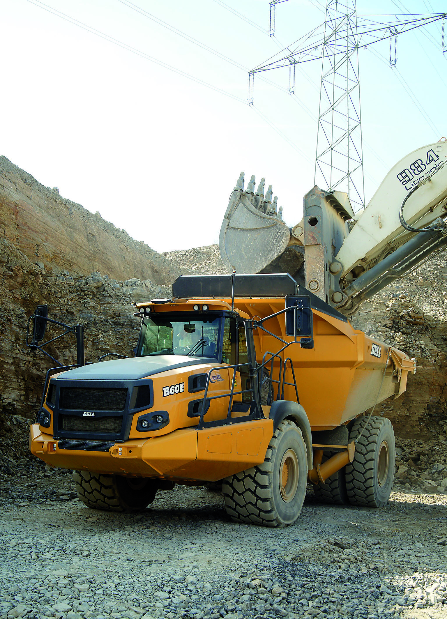 Im Steinbruch zuhause: Ohne große Rangierarbeit beschleunigt der Bell B60E das Laden des zuvor gerissenen Muschelkalks. Vier Ladespiele des 7,7-m³-Hochlöffels und die 4x4-Nutzlast von 55 Tonnen ist exakt erreicht.(Foto: Bell Equipment/tb)