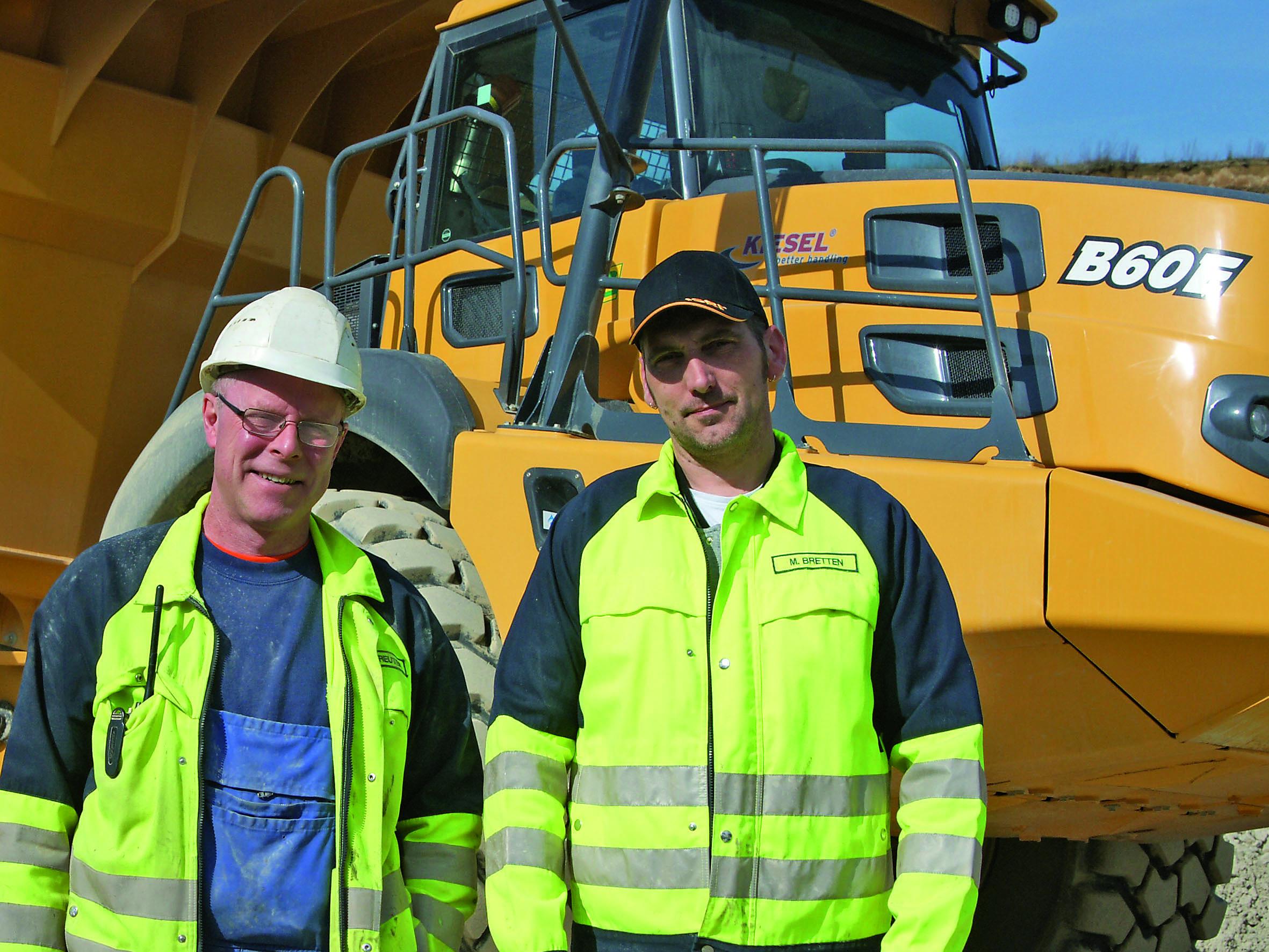 Mit dem Neuzugang zufrieden (v.l.): Schiewe-Betriebsleiter Thomas Kalkreuter und Fahrer Mike Bretten. (Foto: Bell Equipment/tb)