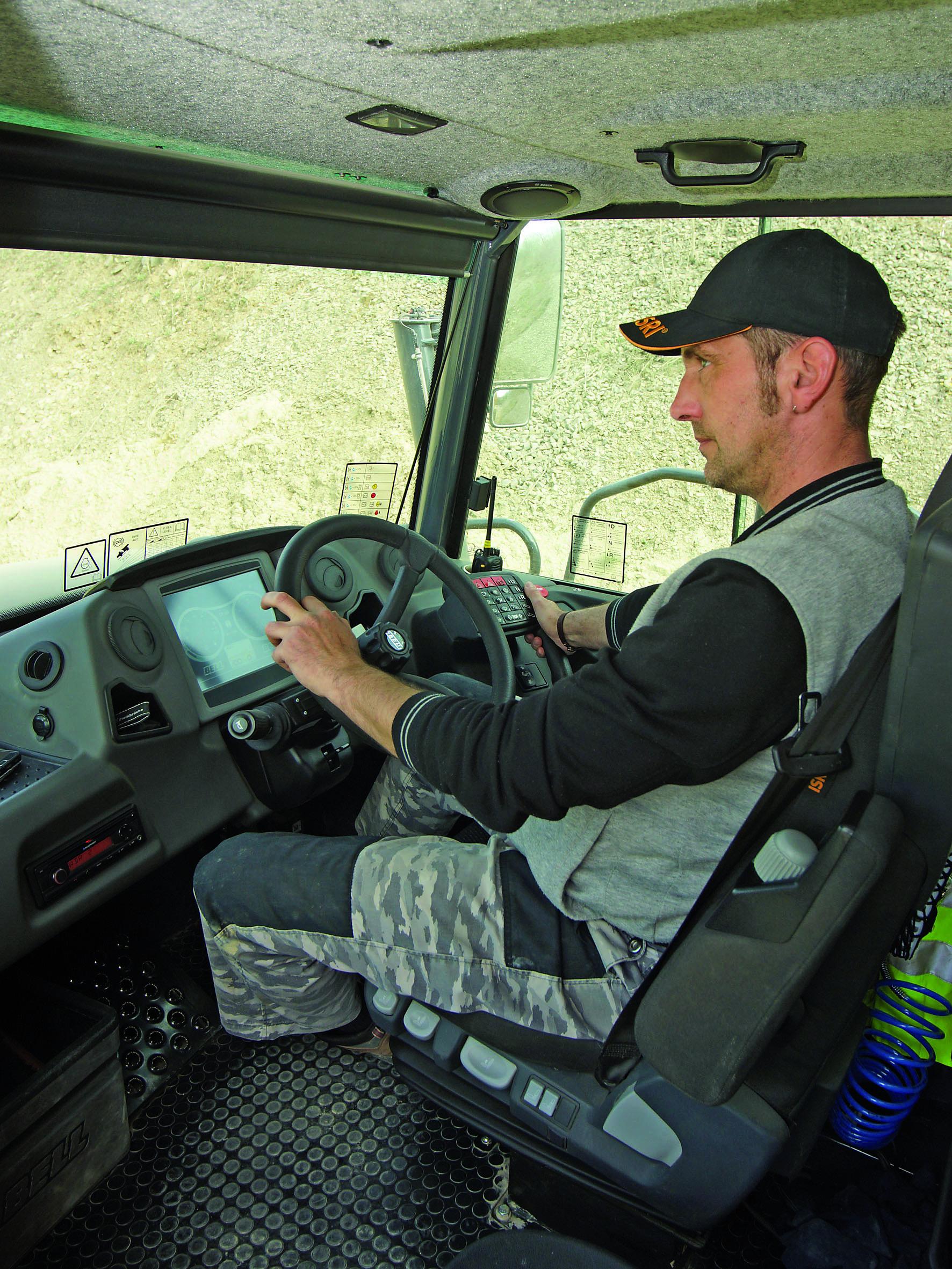 Fahrer Mike Bretten in der Bell-Standardkabine mit übersichtlichem und ergonomisch vorbildlichem Arbeitsplatz. Nach jahrelanger Knicklenker-Erfahrung bereitete die Umstellung auf die neue Dimension keinerlei Probleme. (Foto: Bell Equipment/tb)