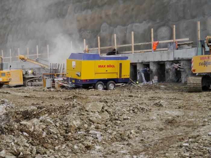 Bi-Turbo Kompressoren von CompAir mit EU Abgasstufe 4 bewähren sich im schweren Einsatz