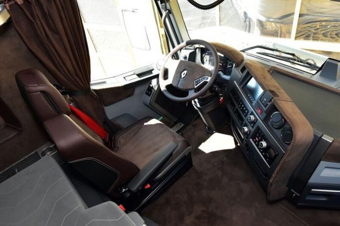 Interieur des Renault Trucks T mit weichem Alcantara