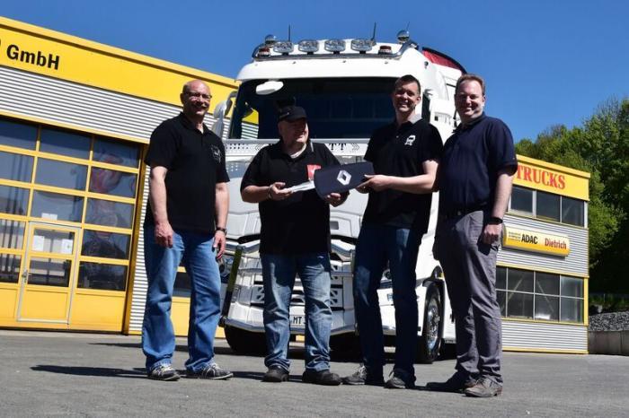 Bei der Fahrzeugübergabe dabei waren (v.l.n.r.): Jürgen Marmulla (MaMu-Trans), Mike Cohnen (MaMu-Trans), Alexander Siepe (Verkaufberater,Renault Trucks) , Michael Hebbinghaus (Area Sales Manager, Renault Trucks)