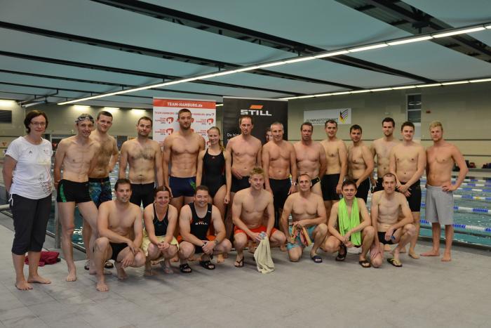 Schwimmtraining mit Steffen Deibler und seiner  Trainerin Petra Wolfram – Für die erste Disziplin beim   Hamburg Triathlon sind die STILLianer gewappnet.