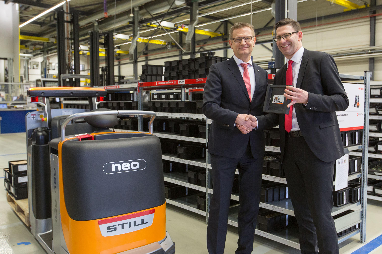 Thomas A. Fischer, STILL  Geschäftsführer Vertrieb, Marketing  und Service, übergibt den STILL iGo  neo CX 20 an Christian  Schorndorfer, Geschäftsführer  Vertrieb/Key Account der Würth  Industrie Service GmbH & Co. KG.