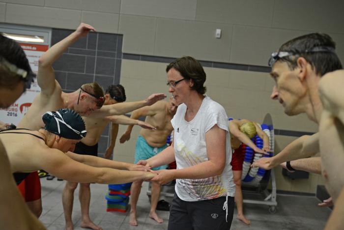 Auf die richtige Technik kommt es an – Petra Wolfram, Trainerin von Steffen Deibler, gibt ihr Wissen an die STILL Mitarbeiter weiter.