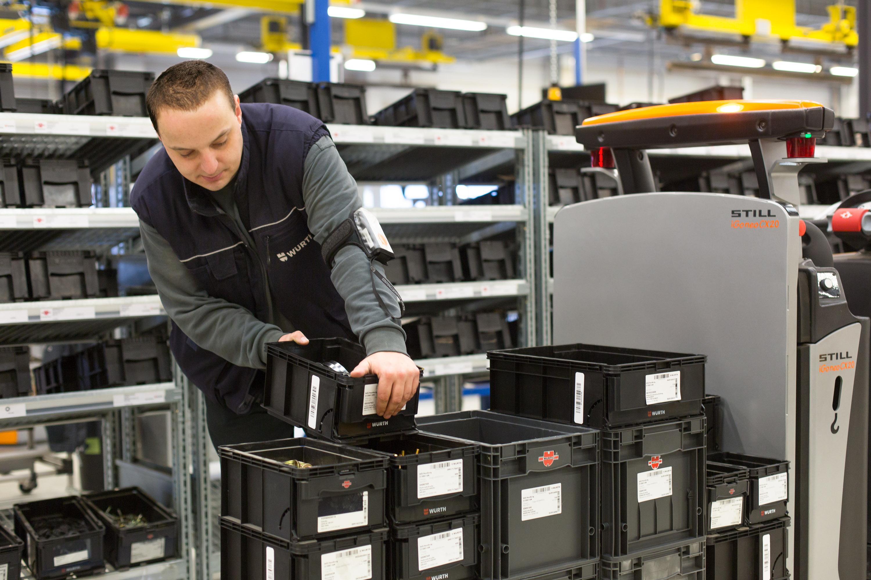Die Würth Mitarbeiter werden genau  dort entlastet, wo es gemäß einer  Intralogistik 4.0 sinnvoll ist: Mithilfe  des RFID-gestützten Kanban-  Systems und dem intelligenten  Regalboden iSHELF muss nichts  mehr gescannt werden.