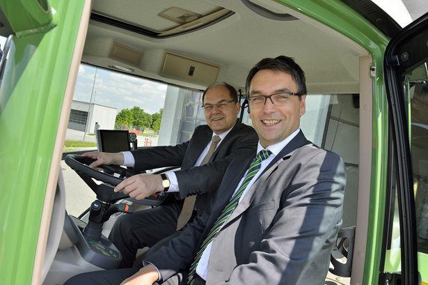 Bundeslandwirtschaftsminister Christan Schmidt (l.) und Roland Schmidt (Marketing Direktor AGCO/Fendt) unterwegs mit einem Fendt 939 Vario