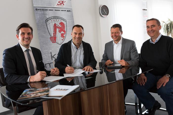 Von links nach rechts: Steffen Thierfelder, CNH Industrial Business Director CE D-A-CH, und Sven Kaliner, Geschäftsführender Gesellschafter SK Baumaschinen, unterzeichnen den neuen Händlervertrag. Daneben Jochen Schmitt, CNH Industrial Business Manager, und Ralf Nestler, Vertriebsleiter Großmaschinen, SK Baumaschinen.