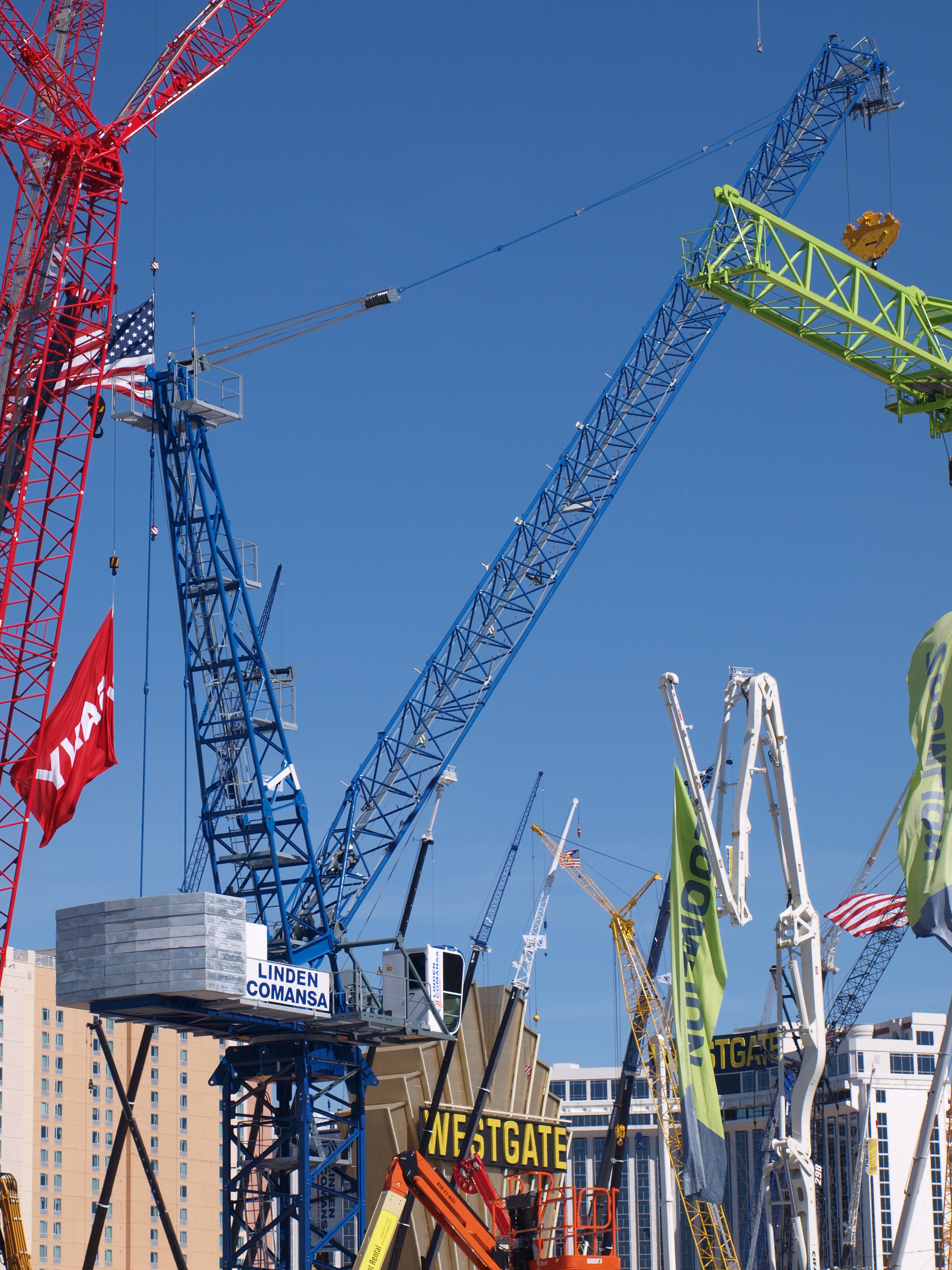 A lot of clients and potential customers showed interest in Linden Comansa's range of luffing-jib cranes.