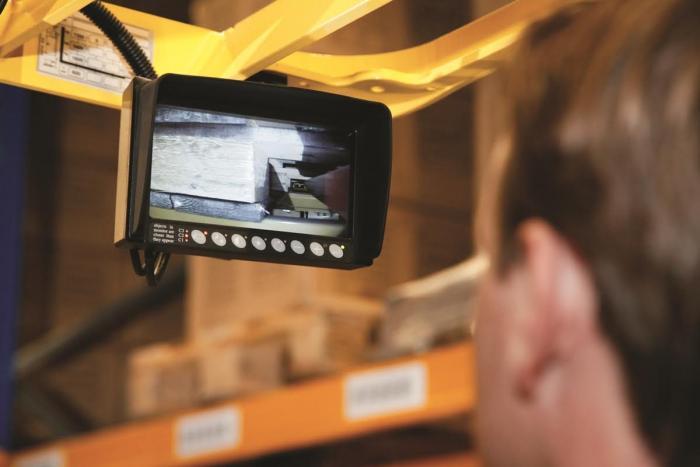 Bei Bedarf kann die Positionierung der Waren im Hyster® Schubmaststapler per Monitor überwacht werden.