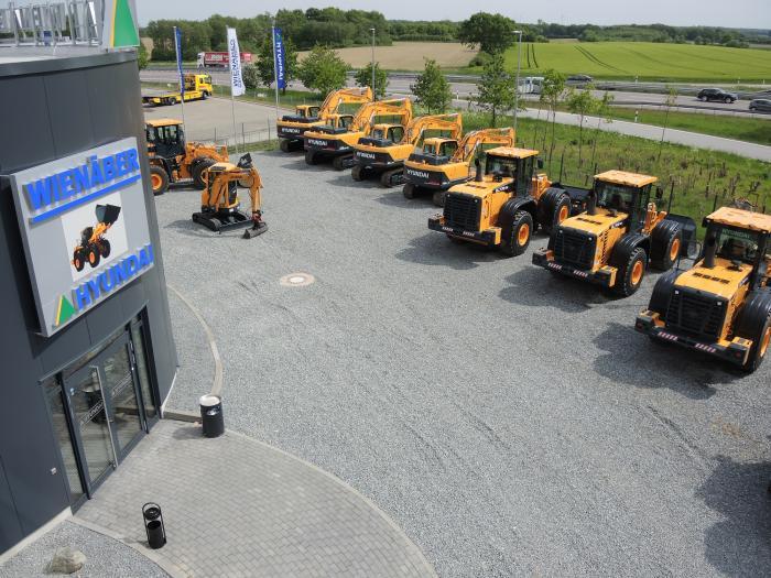 Der Maschinenpark umfasst über 40 Vorführ- und Neumaschinen von Hyundai: vom Mini-, Mobil- und Kettenbagger sowie Radlader. Der Standort der neuen Vertriebszentrale liegt direkt an der Autobahn A1 zwischen Hamburg und Lübeck.