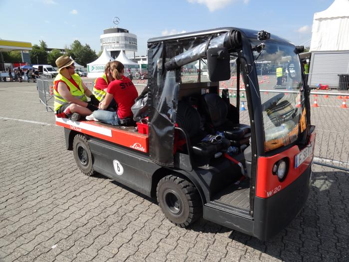 Offenbar nicht nur beim Fahren bequem – ein Teil der FSG-Crew nutzt einen Linde Plattformwagen W20 mit Straßenzulassung als Pausenplatz mit erhöhter Sichtposition.