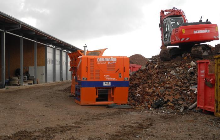Brecheranlage BMD RA 700/6 im Einsatz vor den Firmenhallen des Triberger Rückbau- und Recycling-Unternehmens Neumaier