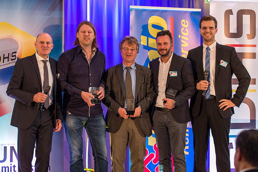 Siegerehrung bei der GDHS-Tagung am Nürburgring: Marco Lankes aus Krefeld (2.v.l.), Gerhard Dreikluft aus Eppingen (Mitte) und Dr. Michael Neidhart aus dem Betrieb Premio Reifen + Autoservice Hermann Schulte-Kellinghaus in Oberhausen (2.v.r.) freuen sich über den TruckForce Award. Die Preise wurden übergeben von André Vennemann, Business Manager Commercial D-A-CH bei der GDHS (l.) und Angelo Pingitzer, Specialist Fleet Operations D-A-CH bei Goodyear (r.).