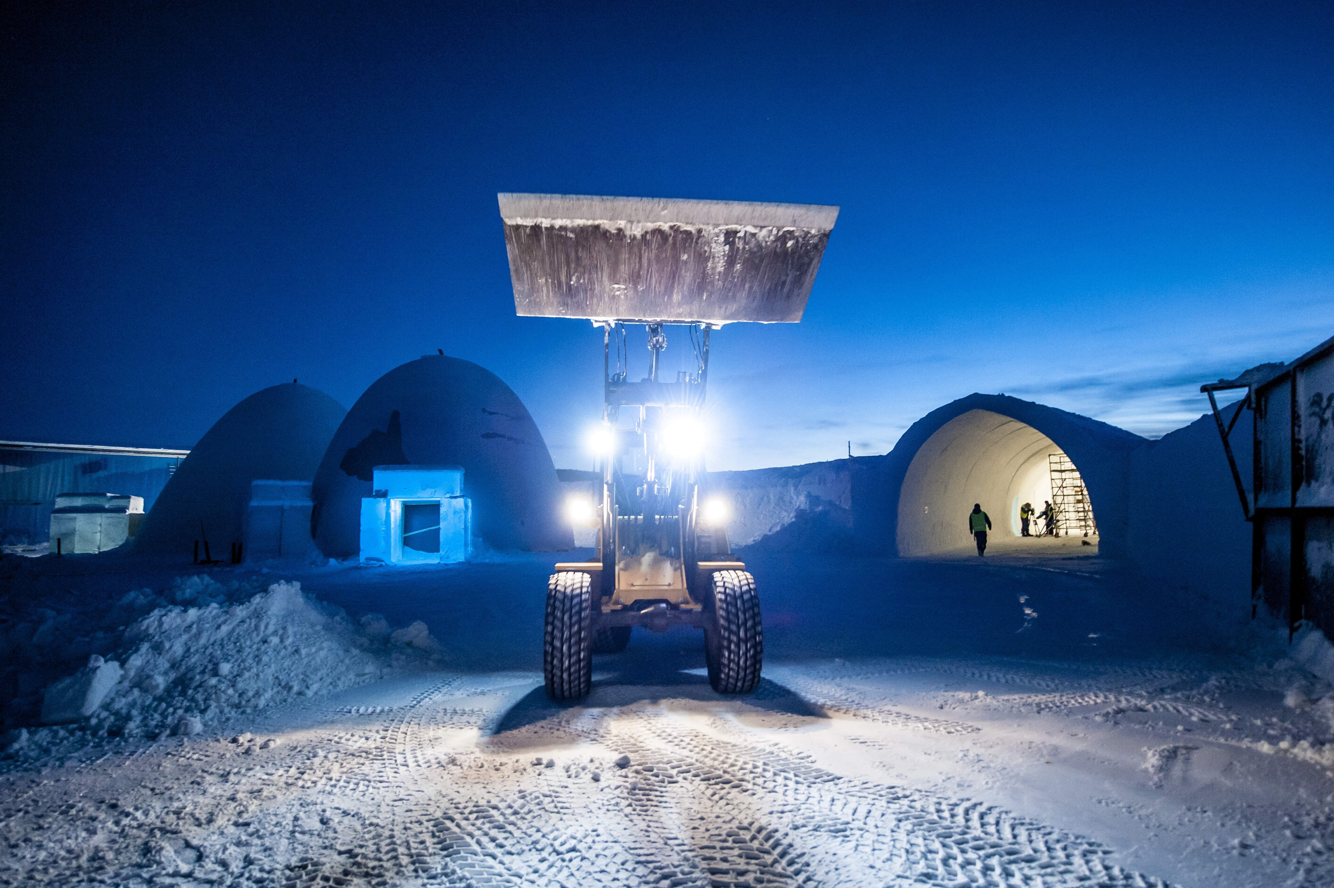 A Volvo wheel loader readies the Icehotel.