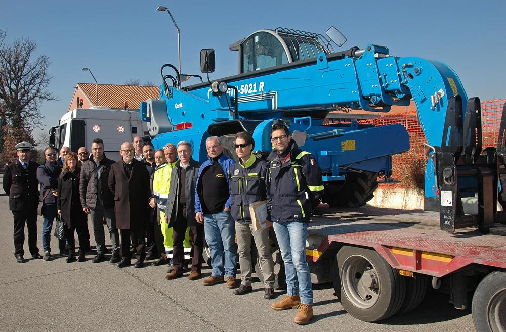 Francesco Aiello (vierter von rechts), Senior Director des GenieWerks in Umbertide und Corrado Burzigotti (dritter von rechts), Leiter der Genie Produktionslinie mit Vertretern der lokalen Behörden und des Katastrophenschutz während der Übergabe des Genie® GTH™-5021R Teleskopstaplers.