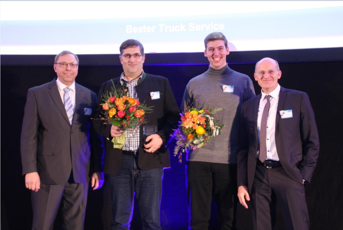 Bei der GDHS-Tagung in Ulm wurden Helmut Kienberger aus Thierhaupten (2.v.l.) und sein Sohn Max (2.v.r.) mit dem TruckForce Award 2016 ausgezeichnet. Den Preis überreicht haben Hans-Burkhard Brandt, Manager Sales bei Goodyear (l.), und André Vennemann, Business Manager Commercial D-A-CH bei der GDHS (r.).