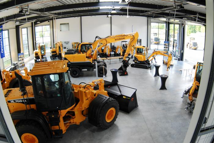 Große Ausstellunghalle bei Wienäber Baumaschinen: der Kunde kann hier vom Minibagger bis zum Radlader die aktuellen Modelle von Hyundai begutachten