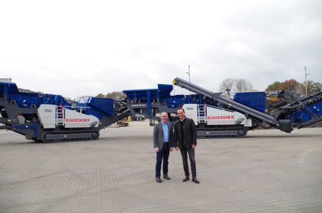 Thomas Hagedorn und Alfred Winkelmann von der Thomas Hagedorn Holding GmbH setzen künftig auf zwei MOBIREX MR 130 Z EVO 2 von Kleemann