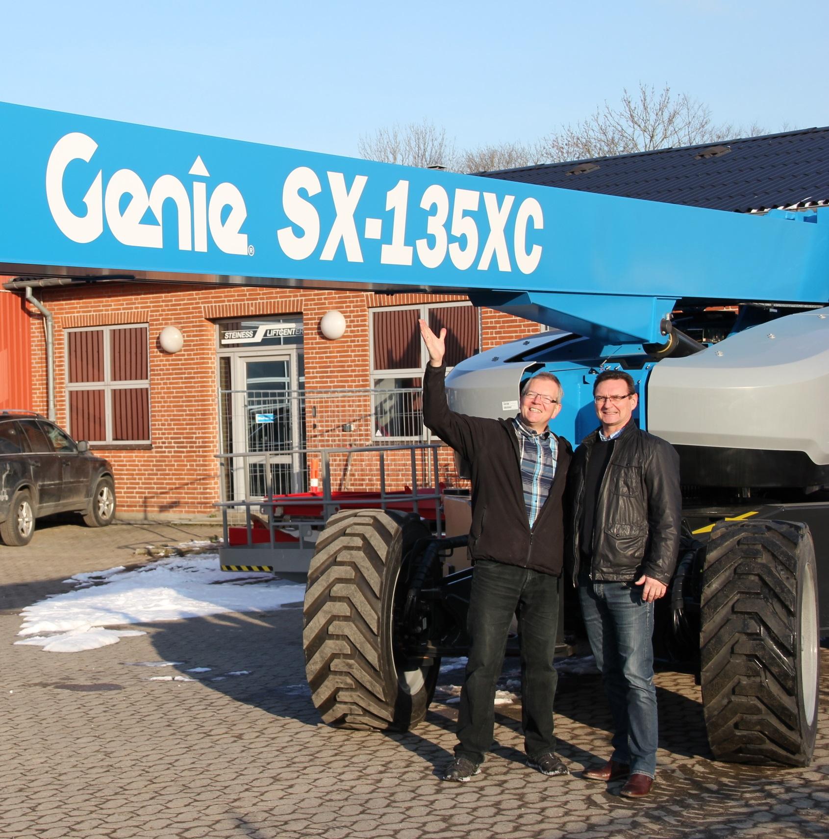 Die neue SX-135 XC mit Poul Steiness (links) und Genie Sales Director Lars Raagaard