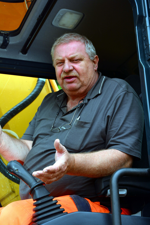 Fahrer Volker Pick ist mit der Kabine, der Feinfühligkeit der Bedienelemente und der Kraftentfaltung des neuen 30-Tonners sehr zufrieden.
