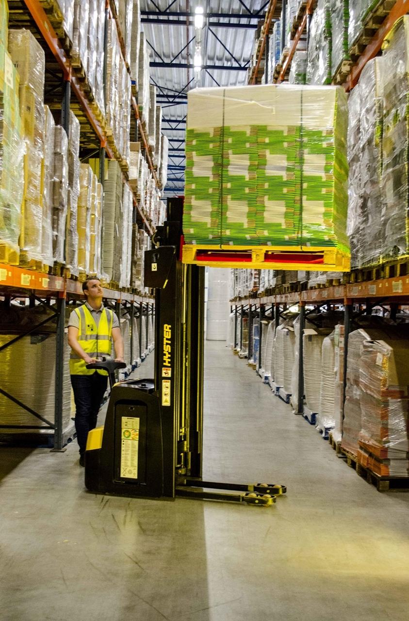 Der neue Elektro-Geh-Gabelhochhubwagen S2.0 eignet sich besonders für Lagerräume in Supermärkten und Baumärkten, kleinen Lagerhallen sowie Fertigungsbetrieben. Foto: Hyster