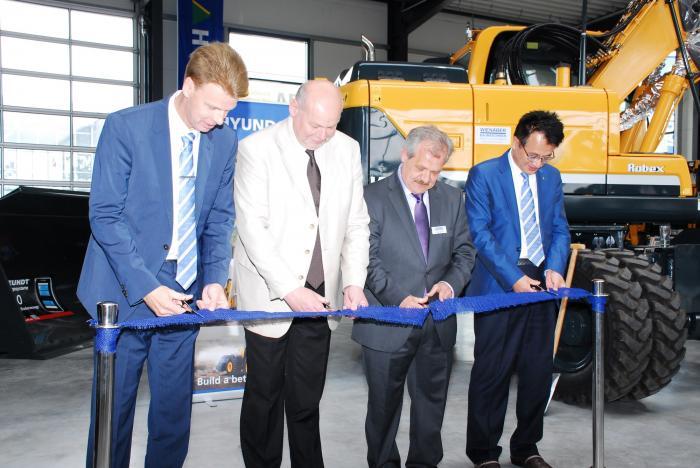 Zur offiziellen Eröffnung wurde das blaue Band durchgeschnitten. Von links nach rechts: Frank Frickenstein (Leiter Vertrieb Deutschland für Hyundai Baumaschinen), Cornelius Ebel (Geschäftsführer von Wienäber Baumaschinen und der C. Ebel Unternehmensgruppe), Uwe Streubier (kaufmännischer Leiter Wienäber Baumaschinen), J.C. Jung (Hauptgeschäftsführer von Hyundai Heavy Industries Europa, CEO, Belgien)