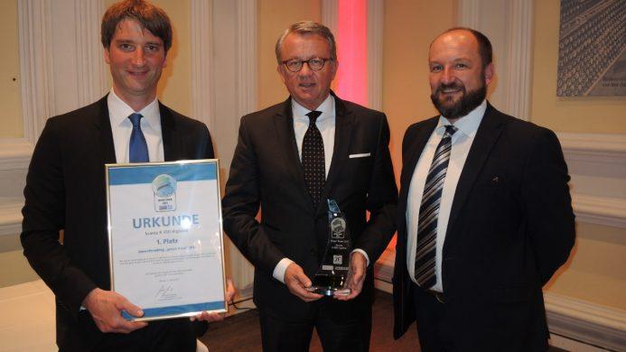 Der Scania R 450 Highline ist Green Truck 2017. Peter Hornig, Geschäftsführer Scania Deutschland Österreich (Mitte), hat die Auszeichnung von Jan Burgdorf (li.) und Gerhard Grünig (re.), beide VerkehrsRundschau und Trucker, in Empfang genommen.