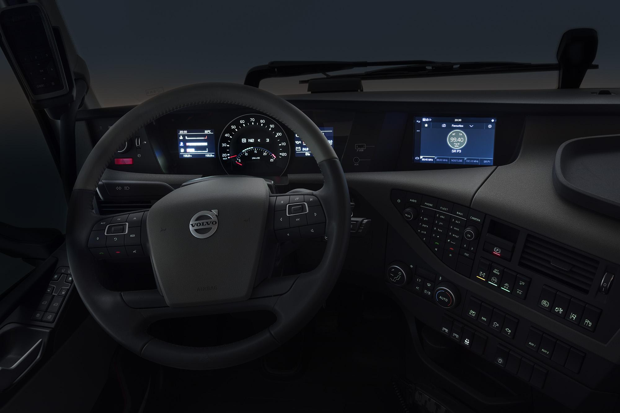 Das Entertainment-System im Fahrerhaus umfasst auch DAB/DAB+ (Digital Audio Broadcasting) und den Zugriff auf Streaming-Dienste. Externe Abspielgeräte, wie zum Beispiel Smartphones und MP3-Player, können ebenfalls über USB/AUX-Buchsen angeschlossen werden.