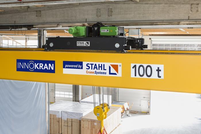 Als Hubwerk dient der kompakte AS 7 ZW von STAHL CraneSystems.