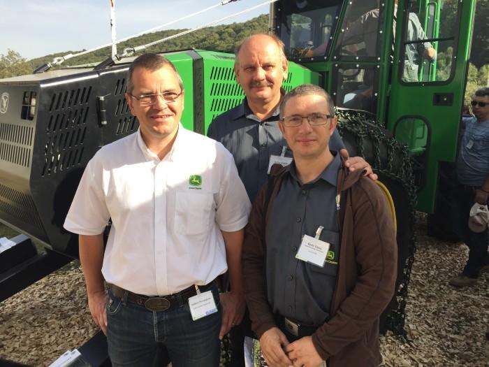Anders Strömgren, John Deere, Radu Țițeiu und Stefan Kadar, Elmas vor dem von der deutschen Firma Haas gebauten Skidder Timberhawk.