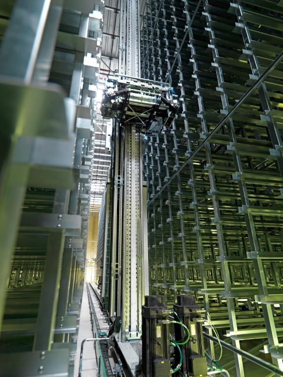 Das automatische Kleinteilelager bietet Platz für 17.000 Behälter und ist über Fördertechnik mit den Kommissionier- und Packplätzen verbunden.