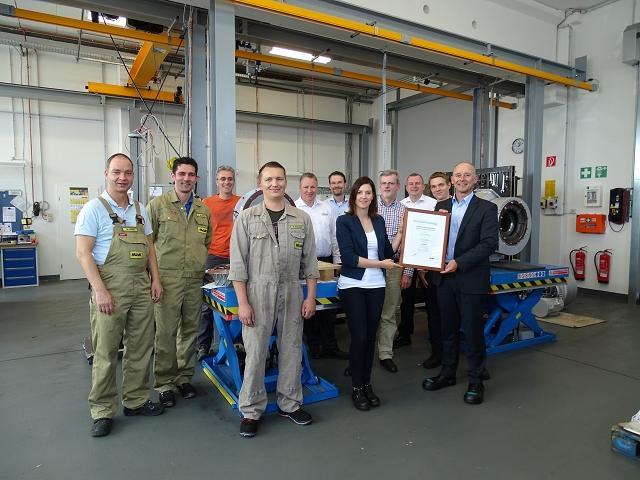 Exzellenter Service bei Zeppelin Power Systems: Die MaK Serviceteams Achim (links) und Hamburg (rechts) freuen sich über die Auszeichnung.