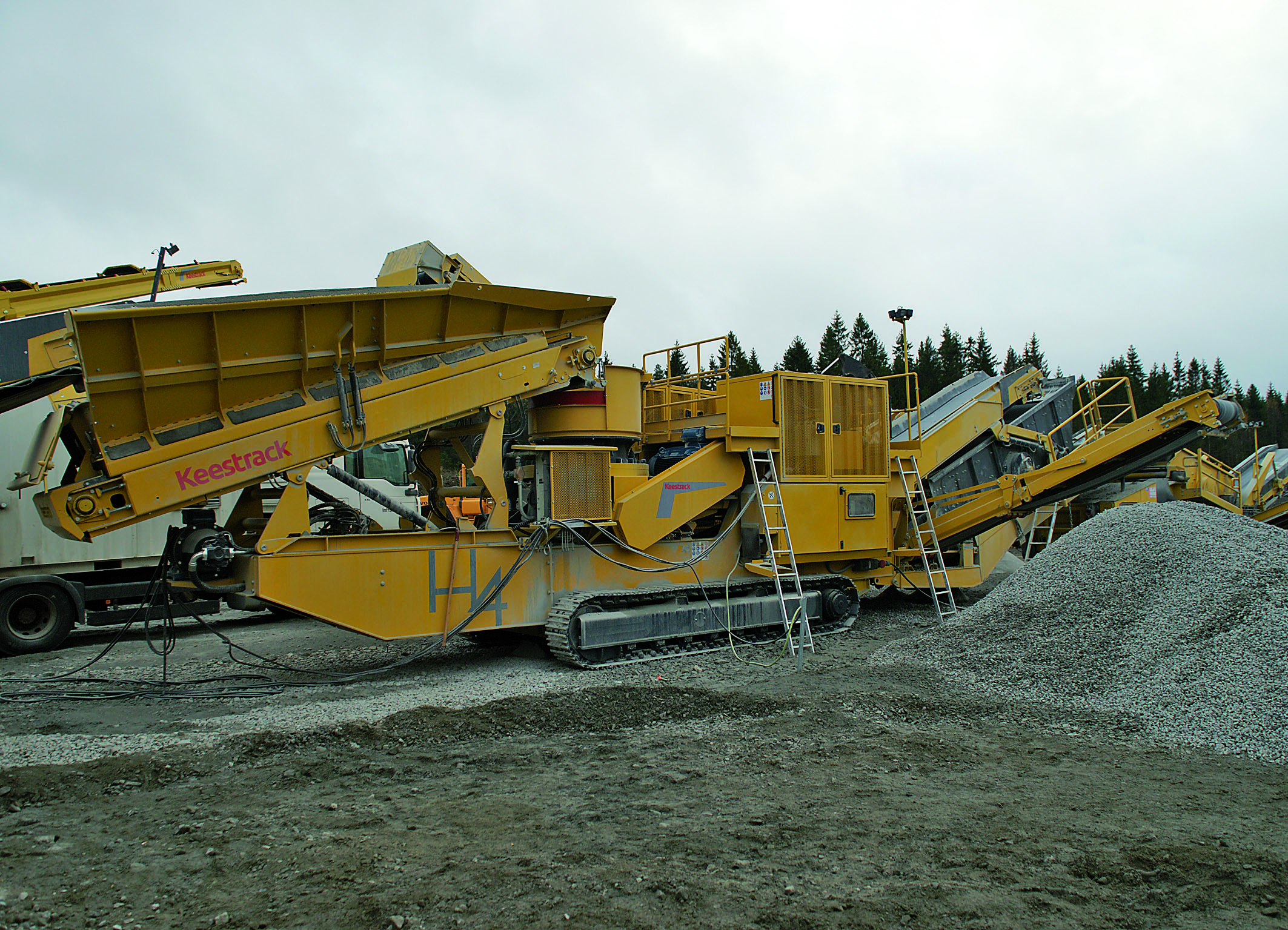 With only 50 tons transport weight featuring a pre-screen and a 3-deck secondary screen module the new H4e tracked cone crusher sets the industry standards in mobile processing of High Quality end products. (Photo: KEESTRACK)