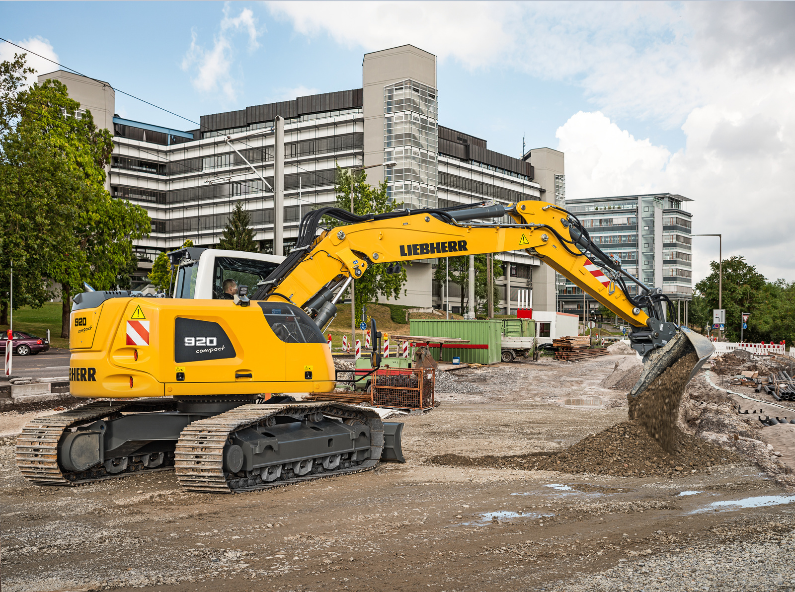 With a wide range of options and undercarriages, the Liebherr R 920 Compact swing crawler excavator excels at a broad range of applications.