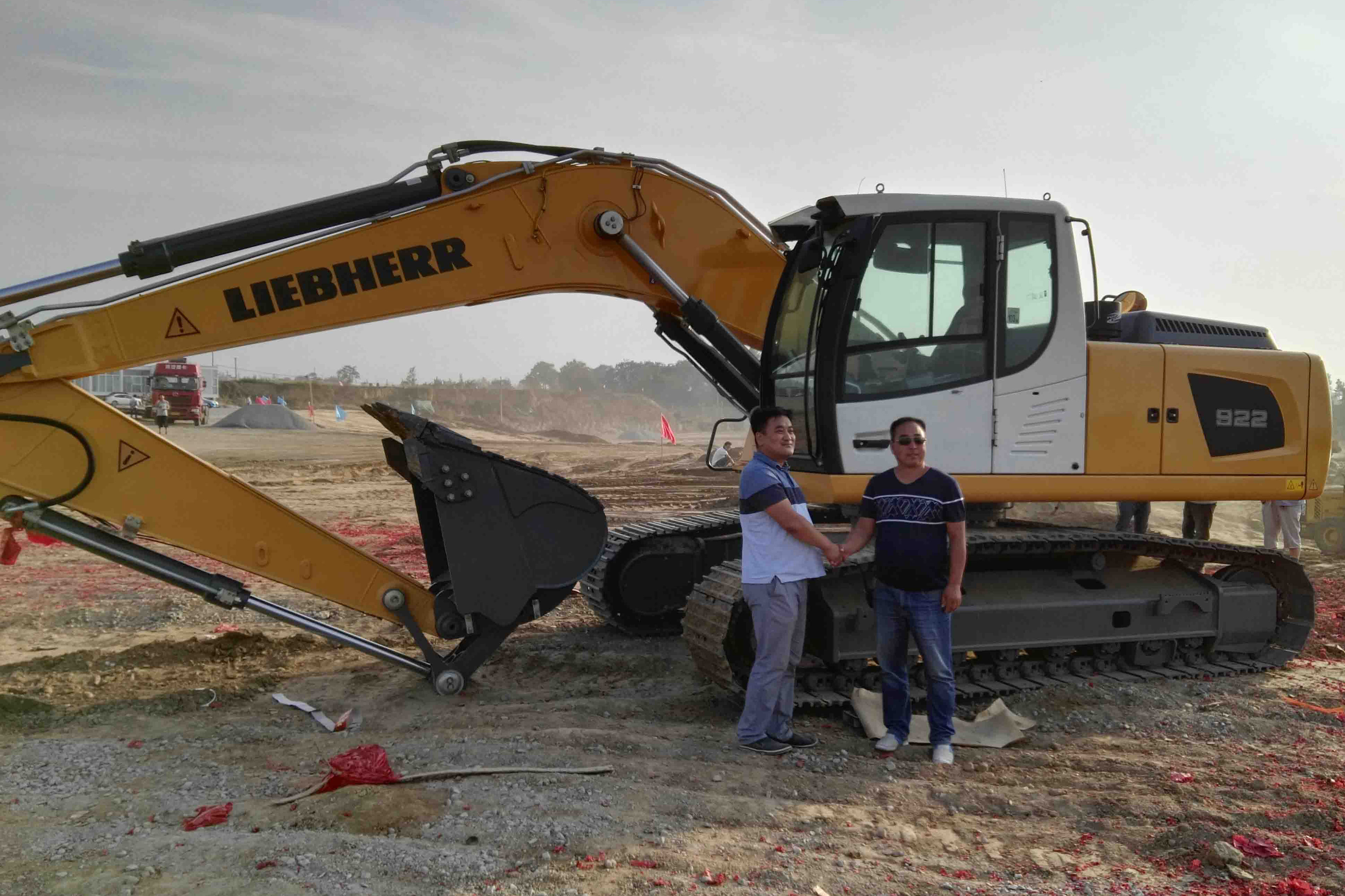 From left to right: Mr Han Daji (Liebherr dealer) and Liu Jianwei (managing director ofXi'an Tianyi Earth-moving Co. Ltd manager).