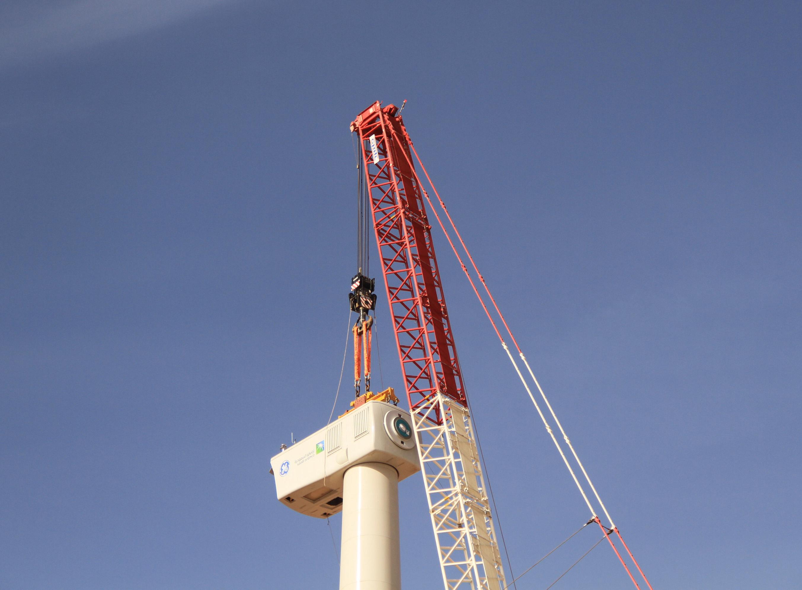 Das 83 Tonnen schwere Maschinenhaus wird auf den 84 Meter hohen Turm montiert.