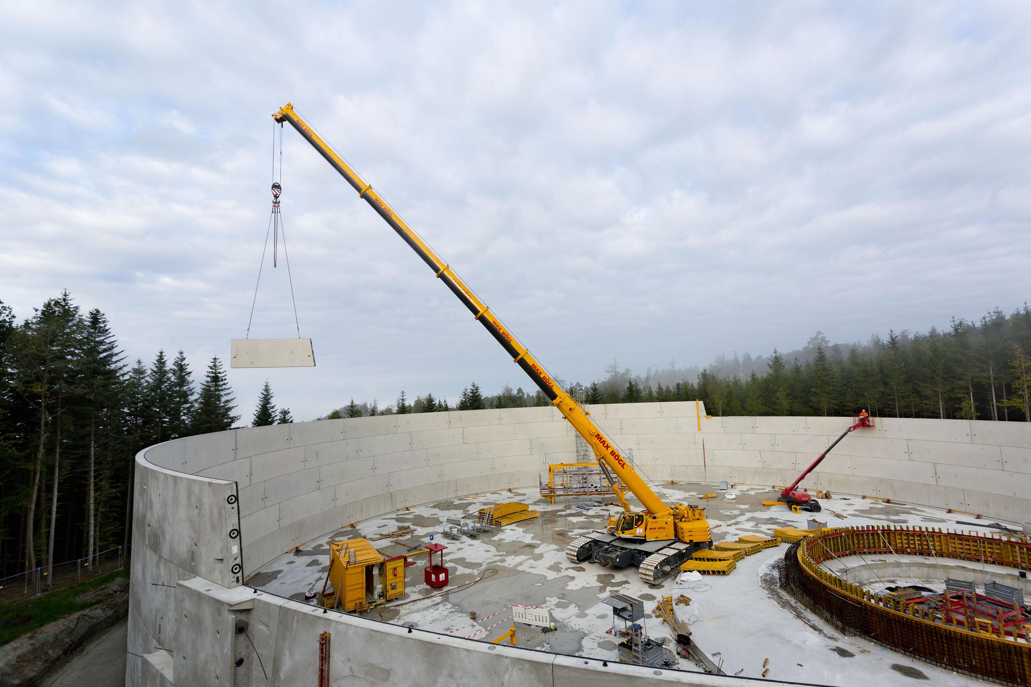 Der LTR 1220 hebt ein 12 Tonnen schweres Bauteil zur Montage. Aus rund 200 solcher Elemente bestehen die Wände der größten Wasserbecken.
