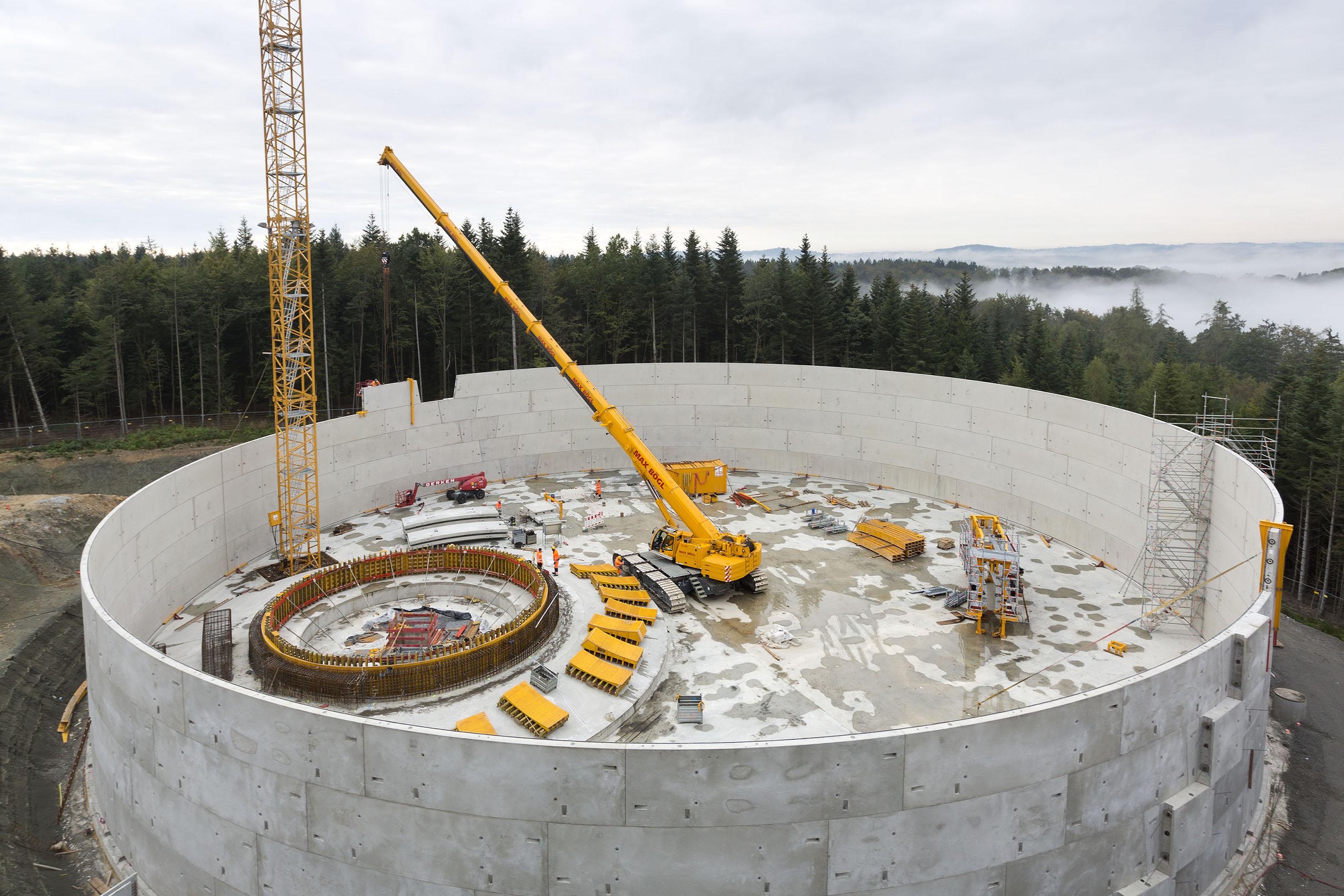 Zentral platziert erreicht der Raupen-Teleskopkran alle Stellen der bis zu 15 Meter hohen Stahlbeton-Mauer.
