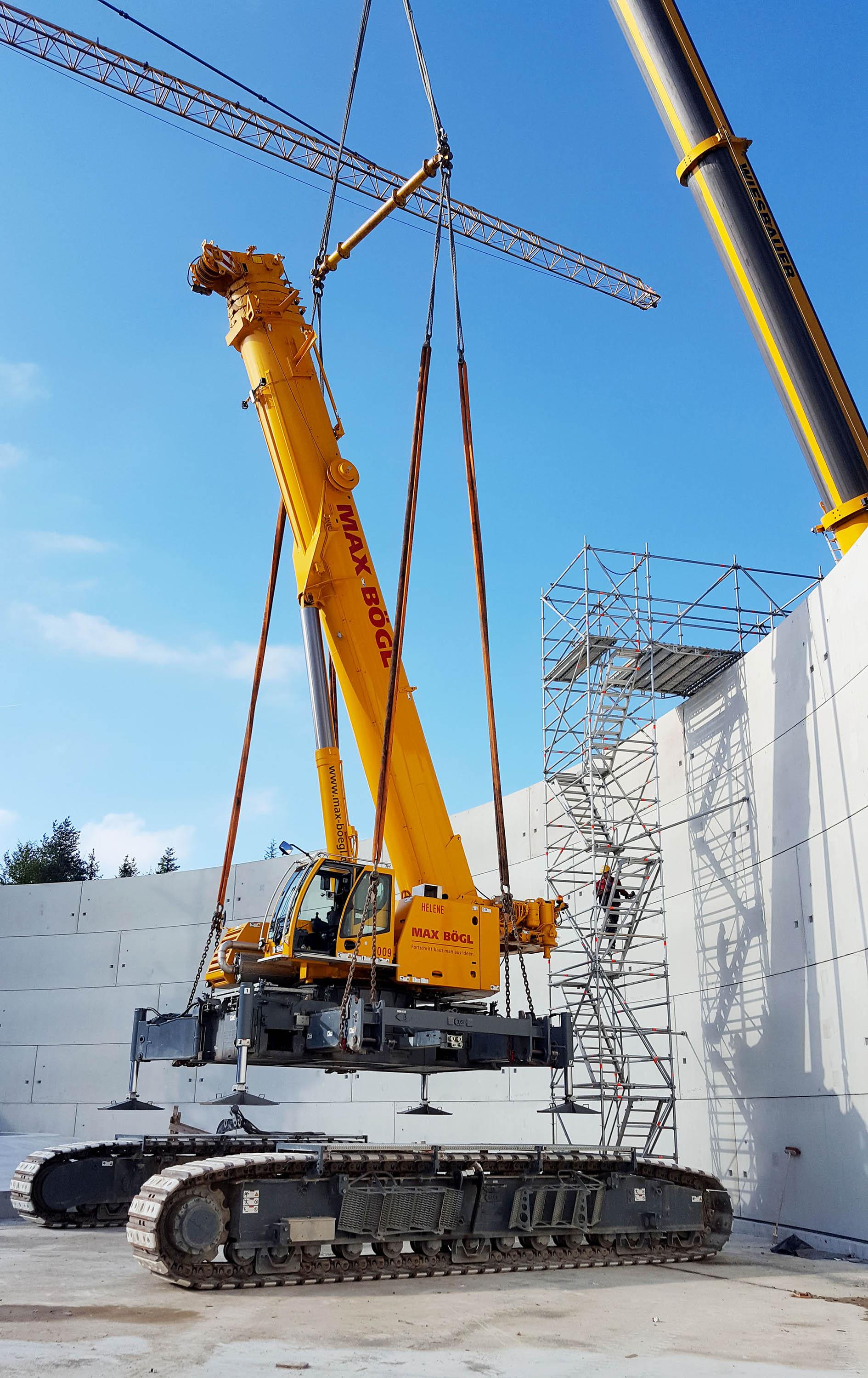 Nach Fertigstellung der Speicherwand wird der LTR1220 aus der Baustelle gehoben.