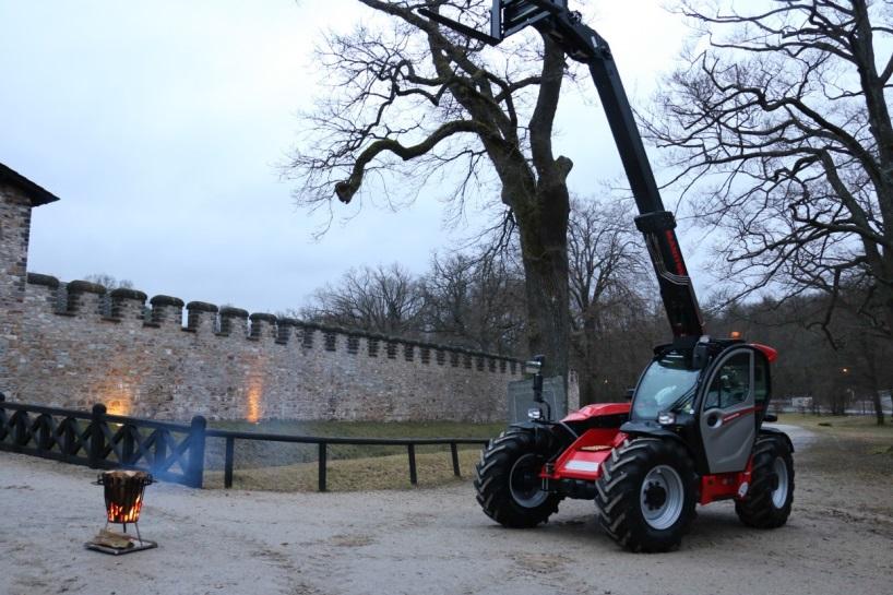 """Durfte während der Tagung nicht fehlen: der neue Manitou MLT 635 aus der Reihe """"NewAg"""" vor den Toren des historischen Römerkastells Saalburg."""