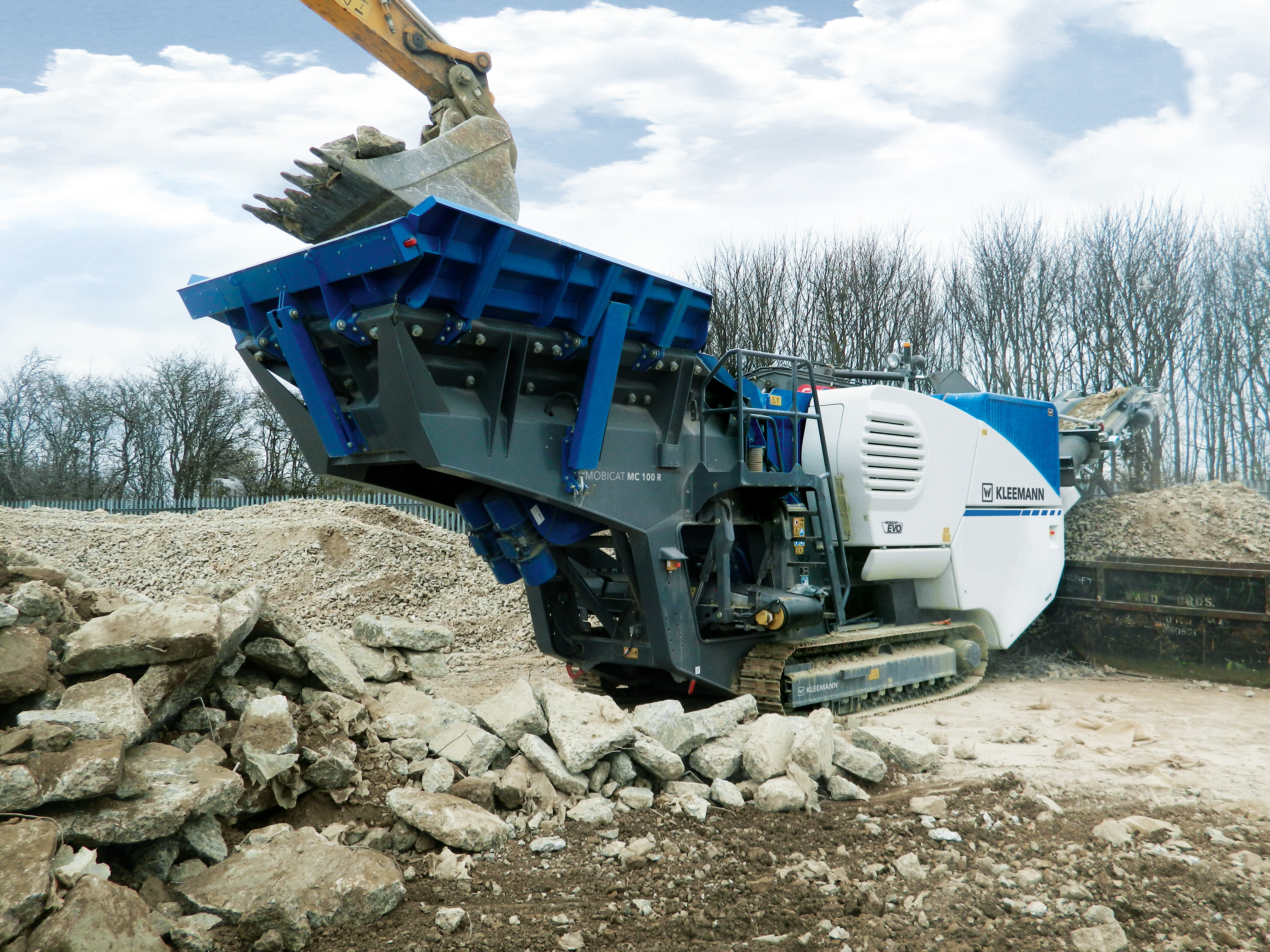 The MC 100 R EVO mobile jaw crusher from the latest Kleemann EVO generation is highly versatile thanks to the maximum feed capacity of 220 t/h.