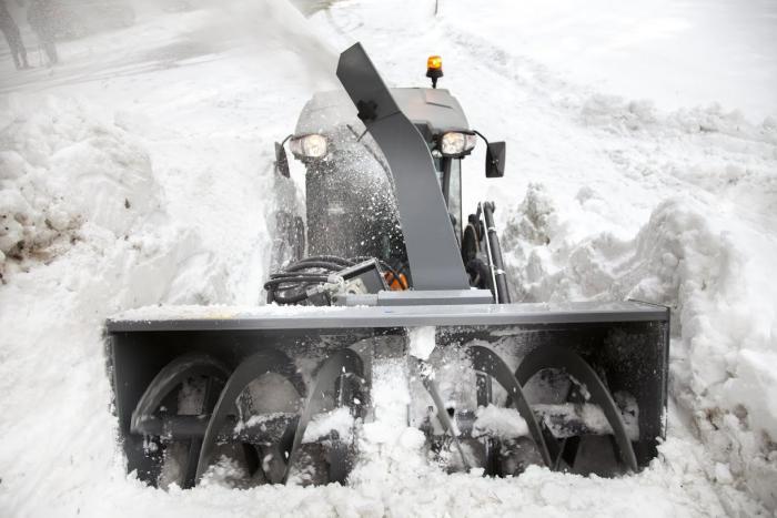 Der Frontlader kann mit verschiedenen Zubehören wie die klassische Ladeschaufel, aber auch Schneefräsen oder Kehrwalzen verwendet werden und schafft damit Flexibilität im kommunalen Fuhrpark.