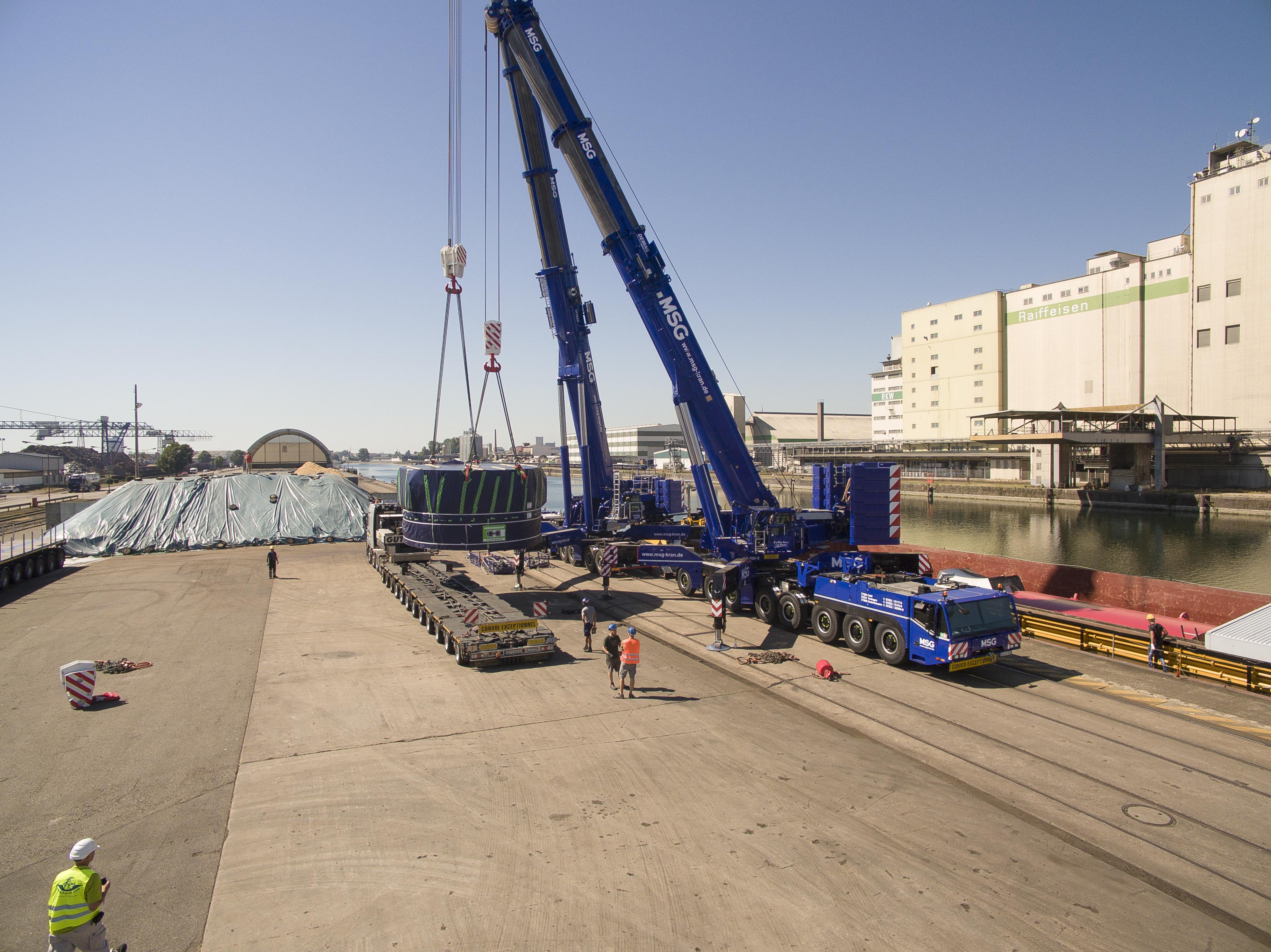 Tandemhub im Demag-Doppelpack: Demag® AC 500-8 und Demag® AC 700-9 All-Terrain-Krane heben 200 Tonnen Bohrkopf-Antrieb